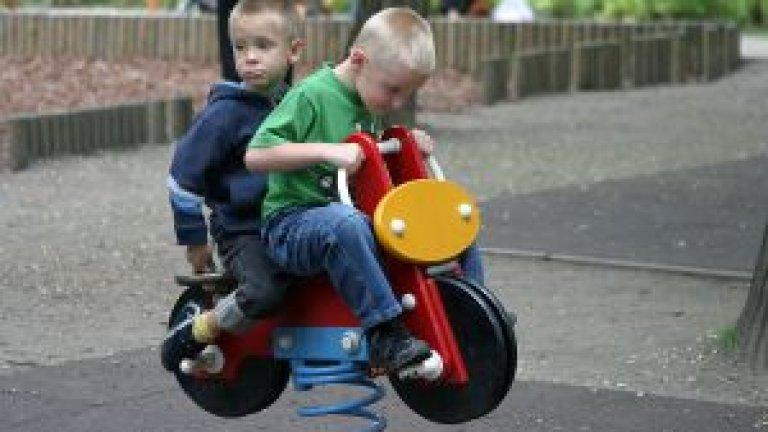 kids-on-toy-bike-952428-m